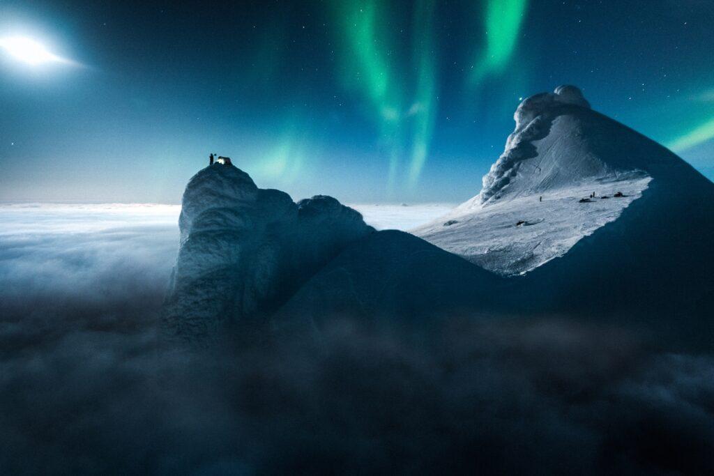 Snæfellsjökull og norðurljósin mynda fagurt sjónarspil á þessari mynd.